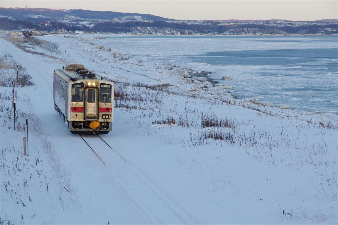 早朝の列車と流氷